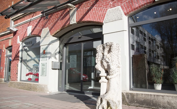 praxis-gebaeude-mit-skulptur